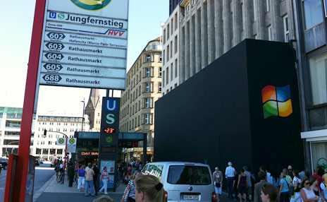 Hamburger Apple Store mit Windows Logo